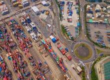 Flyg- b?sta sikt av beh?llarelastfartyget i det internationella godset f?r export och f?r f?r importaff?r och logistik i stads- s royaltyfria foton