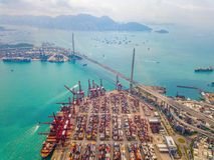 Flyg- b?sta sikt av beh?llarelastfartyget i det internationella godset f?r export och f?r f?r importaff?r och logistik i stads- s arkivbild