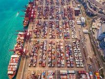 Flyg- b?sta sikt av beh?llarelastfartyget i det internationella godset f?r export och f?r f?r importaff?r och logistik i stads- s arkivbilder