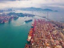 Flyg- b?sta sikt av beh?llarelastfartyget i det internationella godset f?r export och f?r f?r importaff?r och logistik i stads- s royaltyfri fotografi