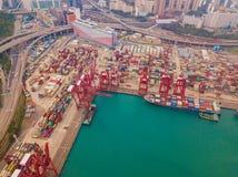 Flyg- b?sta sikt av beh?llarelastfartyget i det internationella godset f?r export och f?r f?r importaff?r och logistik i stads- s fotografering för bildbyråer