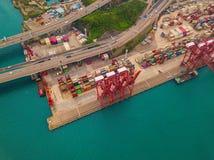 Flyg- b?sta sikt av beh?llarelastfartyget i det internationella godset f?r export och f?r f?r importaff?r och logistik i stads- s royaltyfri foto