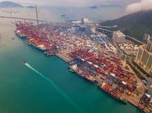 Flyg- b?sta sikt av beh?llarelastfartyget i det internationella godset f?r export och f?r f?r importaff?r och logistik i stads- s royaltyfria bilder