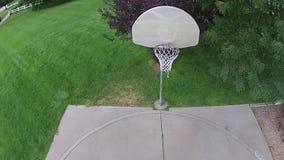 Flyg- basketviftning på en utomhus- domstol 02 lager videofilmer