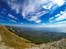 Flyg- berglandskap med shoreline för blå himmel och havs fotografering för bildbyråer