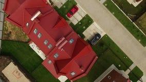 Flyg- biew på mer trevlig stugabosättning i en brittisk stil stock video