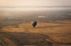 Flyg- bild av den aerostatic ballongen ovanför fältet royaltyfri bild