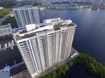 Flyg- bild av en byggnad på vatten Arkivbild