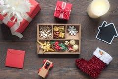 Flyg- bild för bästa sikt av prydnader & festlig glad jul för garneringar & bakgrundsbegreppet för lyckligt nytt år Arkivbilder
