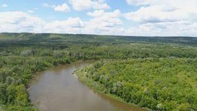 Flyg- bildspråk av naturen av den centrala remsan av Ryssland Område ovanför bergen och träden lager videofilmer