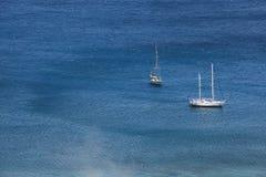 flyg- blåa fartyg som seglar havet, visar white Royaltyfri Bild