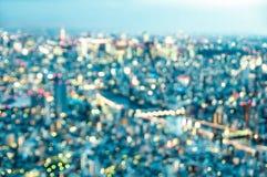 Flyg- bokeh av Tokyo horisont från ovannämnt efter solnedgång på blå timme royaltyfria foton