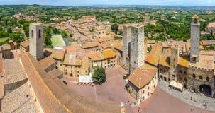 Flyg- bred vinkelsikt av den historiska staden av San Gimignano, Italien royaltyfri fotografi