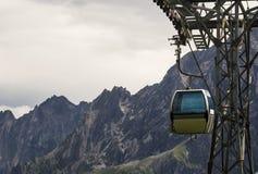 Flyg- cableway i alpsna Arkivbild