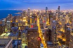 Flyg- Chicago i stadens centrum horisont på natten royaltyfria foton