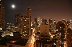 flyg- chicago i stadens centrum natt Arkivbilder