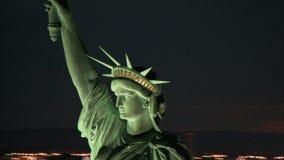 Flyg- cirkla staty av frihet på skymning lager videofilmer