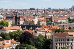 Flyg- Cityscape av Prague med Charles Bridge arkivbild