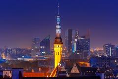 Flyg- cityscape för natt av Tallinn, Estland arkivfoton