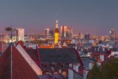 Flyg- cityscape för natt av Tallinn, Estland royaltyfri foto