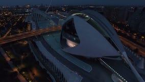 Flyg- cityscape för natt av Valencia stock video