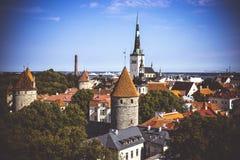 Flyg- cityscape med den medeltida gamla staden och St Olaf Baptist Church i Tallinn arkivfoton