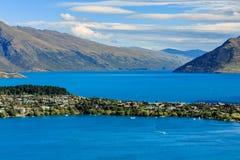 Flyg- Cityscapesikt av Queenstown Nya Zeeland royaltyfri fotografi