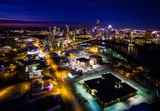 Flyg- CityscapeTimelapse uteliv Austin Texas Capital Cities Glowing som är upptagen på natten Arkivbild