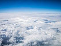 Flyg- cloudscape i stratosfär Arkivfoton