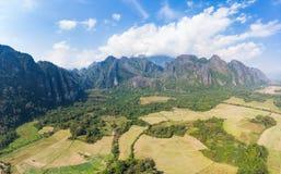 Flyg-: Destination f?r Vang Vieng fotvandrarelopp i Laos, Asien Dramatisk himmel ?ver sceniska klippor och att vagga h?jdpunkter, arkivbilder