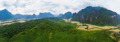 Flyg-: Destination f?r Vang Vieng fotvandrarelopp i Laos, Asien Dramatisk himmel ?ver sceniska klippor och att vagga h?jdpunkter, royaltyfria bilder