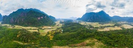 Flyg-: Destination f?r Vang Vieng fotvandrarelopp i Laos, Asien Dramatisk himmel ?ver sceniska klippor och att vagga h?jdpunkter, royaltyfria foton