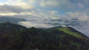 Flyg- dimmigt landslandskap i ovannämnda moln för morgonljus med härliga färger på soluppgång stock video