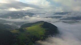 Flyg- dimmigt landslandskap i ovannämnda moln för morgonljus med härliga färger på soluppgång Pan Left till rätten arkivfilmer