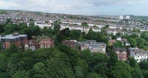 Flyg- dockasikt av den västra delen av staden av Brighton England stock video