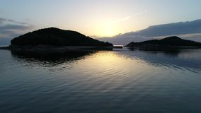 Flyg- dockasikt av det lugna havet på solnedgången arkivfilmer