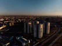 Flyg- dramatisk landskapsolnedgång med en sikt över skyskrapor i Riga, Lettland - det gamla stadcentret är synligt i arkivbild