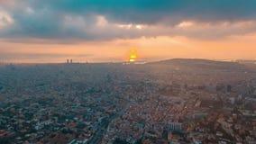 Flyg- dronelapse för solnedgångBarcelona cityscape lager videofilmer