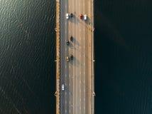 Flyg- eller bästa sikt av bron med den asfaltvägen eller huvudvägen över den stora floden med stadsbiltrafik, stads- trans. arkivbilder