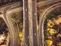 Flyg- eller bästa sikt från surret till vägföreningspunkten, motorväg och bro och biltrafik i storstaden, stads- trans.begrepp royaltyfri fotografi