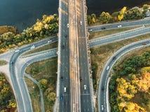 Flyg- eller bästa sikt från surret till vägföreningspunkten, motorväg och bro och biltrafik i storstaden, stads- trans.begrepp royaltyfria foton