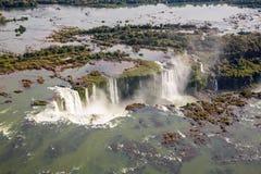 Flyg- fågelperspektiv av den härliga regnbågen ovanför Iguazu Falls jäkels svalg för hals från ett helikopterflyg Brasilien och A royaltyfri fotografi