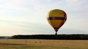 Flyg för ballong för varm luft i himlen över skogen i fältet stock video