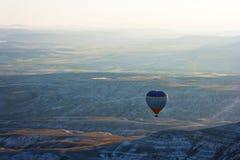 Flyg för ballong för varm luft ovanför Cappadocia Royaltyfria Bilder