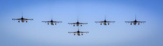 Flyg för bildande F16 förbi Arkivbild
