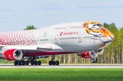 Flyg för Boeing 747 Rossiya flygbolagtiger, flygplats Pulkovo, Ryssland St Petersburg Maj 2017 Royaltyfri Fotografi