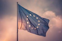 Flyg för flagga för europeisk union i vinden i himmel arkivbild