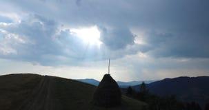 Flyg för flyg- sikt över bergen ukraine Sunevyr Flyga över floden Skogdal dimmaängmorgon över vatten 4K arkivfilmer