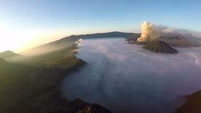 Flyg för flyg- sikt över Cemoro Lawang, liten by i morgonmist arkivfilmer