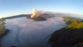 Flyg för flyg- sikt över den monteringsBromo vulkan under soluppgång lager videofilmer